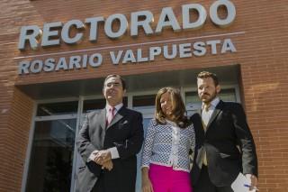 El rector y los hijos de Rosario Valpuesta, Fátima y Alberto Giráldez Valpuesta, han inaugurado la rotulación del edificio del Rectorado de la UPO con el nombre de Rosario Valpuesta