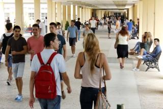 estudiantes en el campus de la UPO el primer día de clases