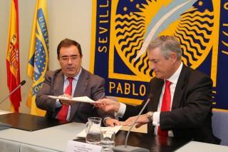 De izquierda a derecha, el rector Vicente Guzmán junto a José Luis Fernández Fernández, director territorial de Andalucía de Banco Santander.