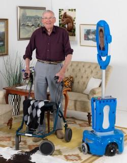 Anciano junto a un prototipo de TERESA