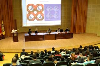 Sofía Calero durante su conferencia 'Diseño de materiales con aplicaciones tecnológicas y ambientales' en el Paraninfo