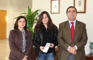 Alba María Romero, estudiante del grado en Geografía e Historia, junto con el rector y la vicerrectora de TIC, Calidad e Innovación