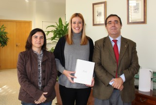 Carmen Crespo , del master universitario en Gerontología y Dirección y Gestión de Centros Gerontológicos, junto con el rector y la vicerrectora de TIC, Calidad e Innovación