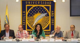 Los autores, Víctor Muñoz y Juan Maestre, en el centro de la imagen junto a Pilar Rodríguez Reina