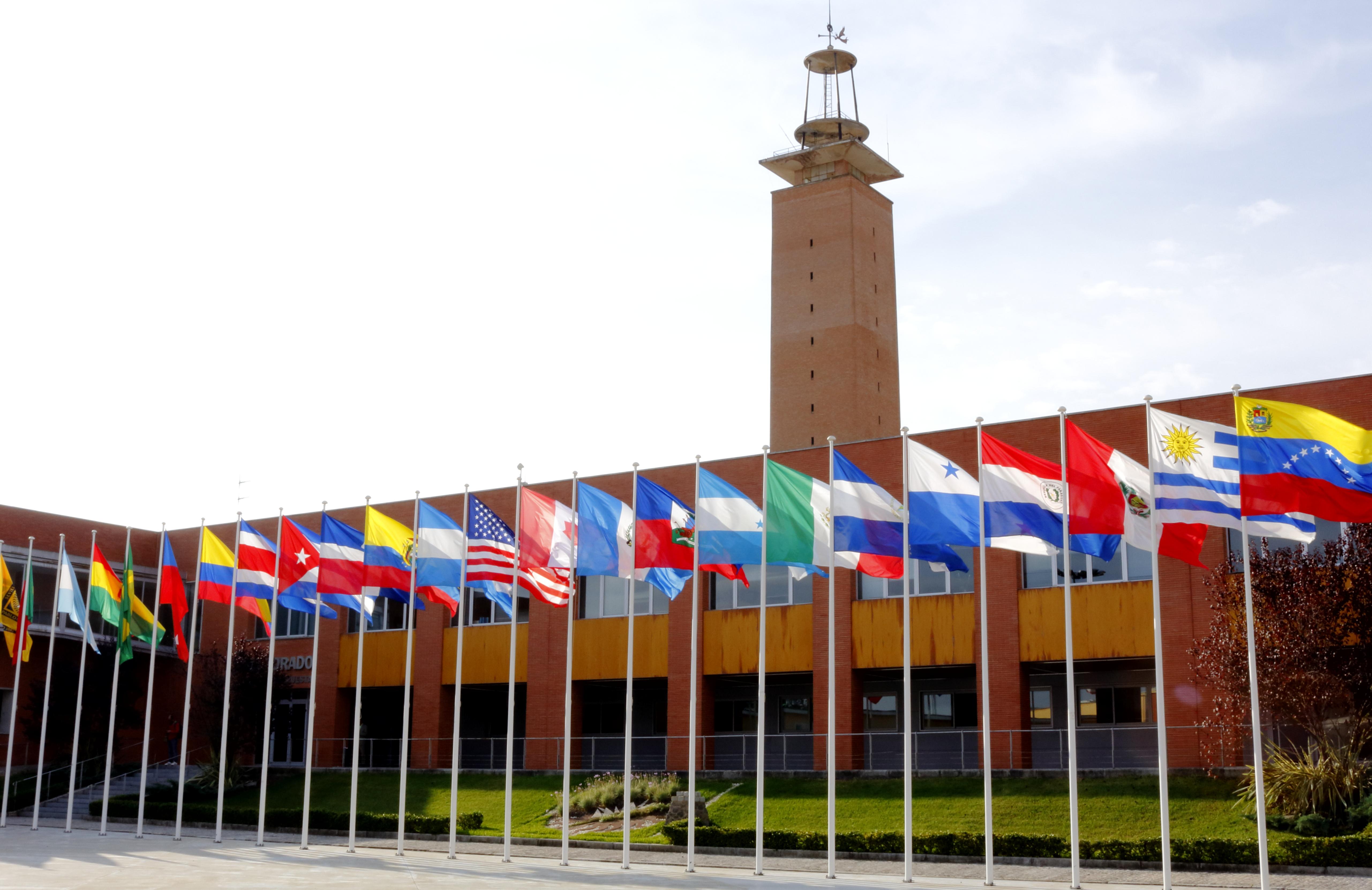 Plaza de América. Vista de las banderas con el rectorado al fondo