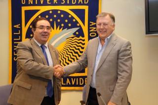 El rector de la UPO, Vicente Guzmán Fluja, y el