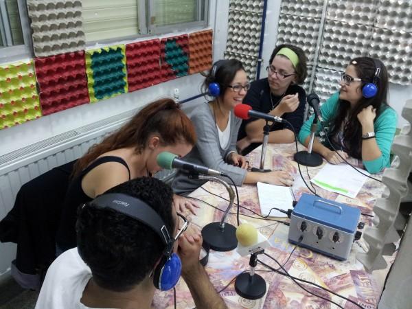 Este programa se realiza a través de los becarios de colaboración de la residencia, y se emite desde hace más de un año en Radio Abierta Sevilla (99.1 FM) y en Radiópolis (88.0 FM)