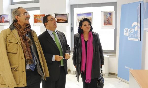Florentino de Lope Rebollo, Vicente Guzmán y Esperanza Perea, contemplando la exposición FotoAves 2013