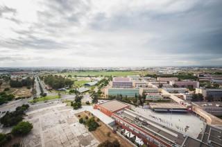Vista de la rotonda y vía de acceso principal al campus