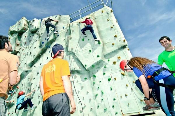 Alumnos escalando en el rocódromo de la UPO