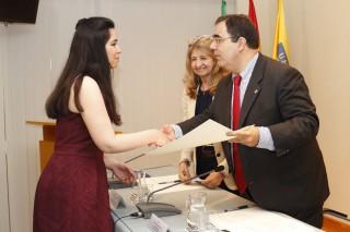 Virginia Sánchez recoge el Premio de manos del rector, Vicente Guzmán