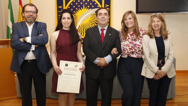 De izquierda a derecha, Francisco Hidalgo, secretario de la asociación Rosario Valpuesta, la galardonada Virginia Sánchez, el rector Vicente Guzmán, la concejala Myriam Díaz y la presidenta de la asociación Ana María Ruiz-Tagle