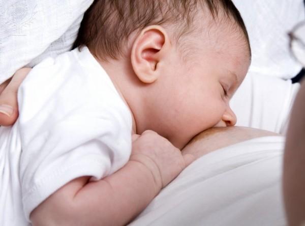Lactancia materna. Madre amamanta su hijo