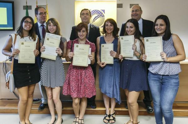 Profesora y estudiantes del IES Velázquez ganadores del primer Premio Humanitas, junto al rector de la UPO, el decano de Humanidades y el secretario del jurado
