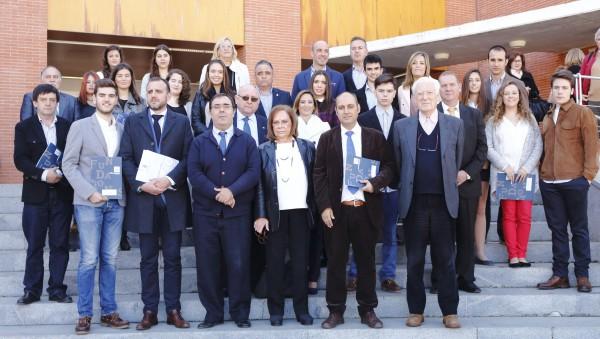 El rector, la presidenta del Consejo Social de la UPO, y los alcaldes y concejales de los municipios que integran el patronato de la Fundación, junto a  los premiados.