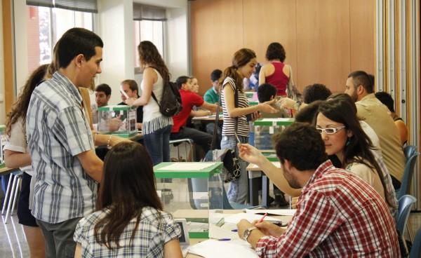 estudiantes en las Elecciones Rectorales de la UPO celebradas en 2012