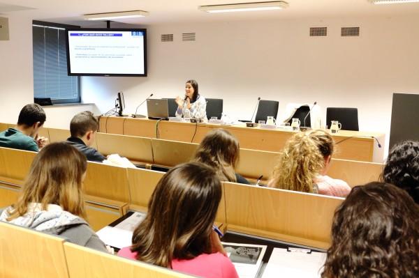 Lourdes Moya,  técnica de Orientación Profesional de la Fundación Universidad Pablo de Olavid, ha impartido un taller  sobre competencias y curriculum vitae.