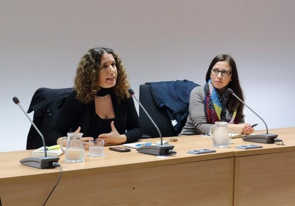 """Lara Cortés Fernández impartiendo la ponencia """"¿Hay vida para un intérprete más allá de las organizaciones internacionales? La interpretación en el mercado privado"""""""