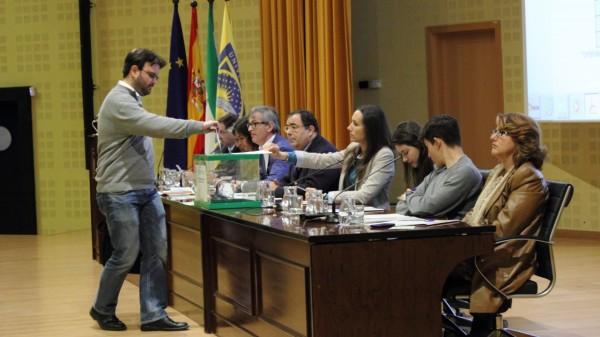 un profesor vota en el Claustro celebrado en el Paraninfo