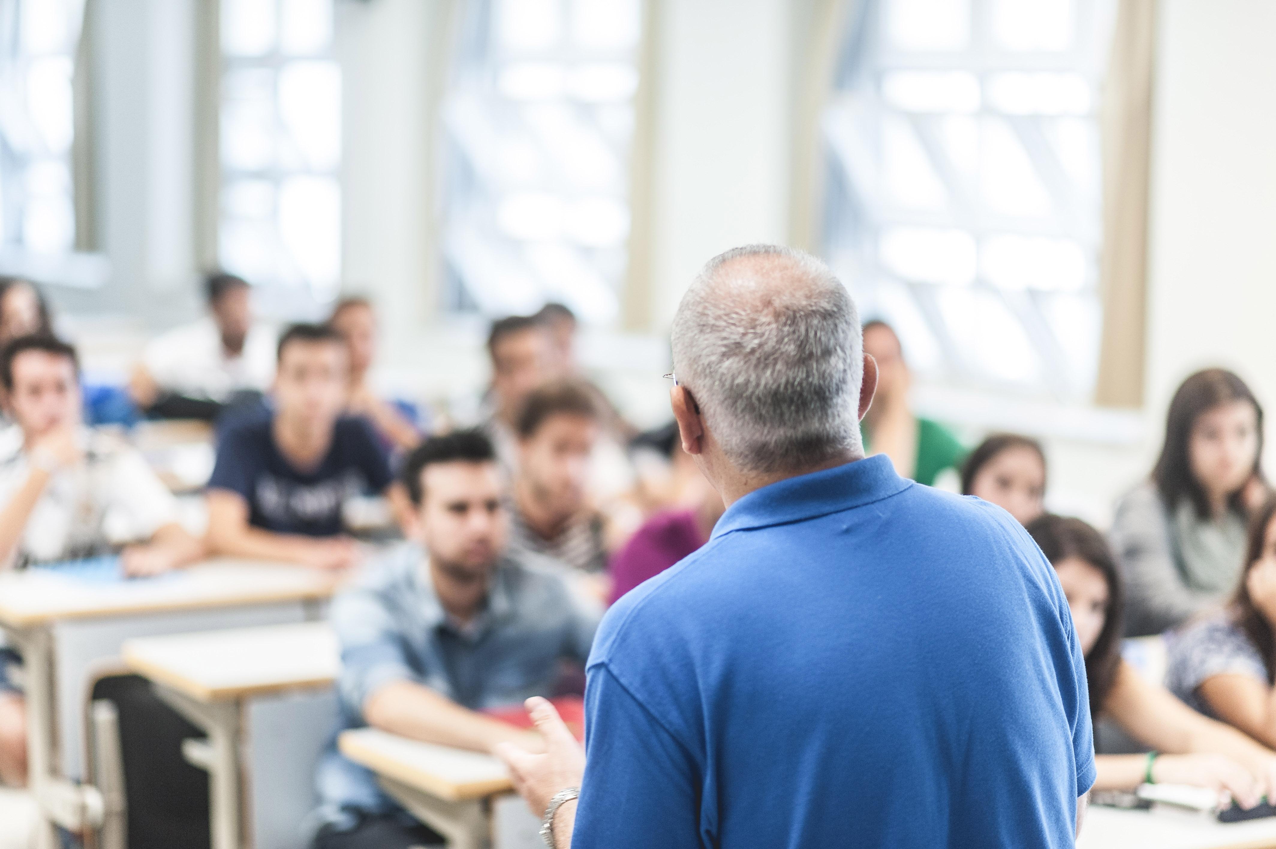 un profesor se dirige a sus alumnos en un aula de la UPO