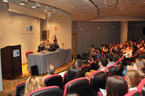 En la imagen, el profesor Rodolfo Sacco junto al profesor Antonio Lazari en un momento de su conferencia.
