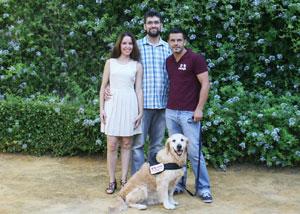 María Perea, Javier López-Cepero y Arcadio Tejada en compañía de Ula, una golden retriever.