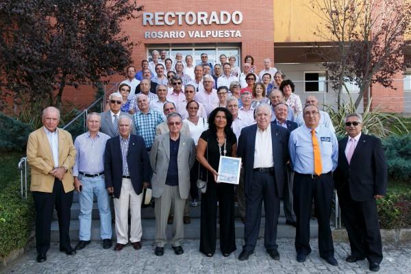 La vicerrectora de Relaciones Institucionales y Comunicación de la UPO junto con antiguos alumnos de la asociación Aulacor.