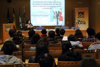Olga Cruz durante la ponencia 'La construcción de la mujer poderosa en los medios de comunicación'