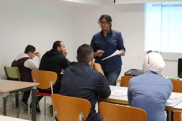 En la imagen, la profesora del Departamento de Filología y Traducción de la UPO Hanan Saleh Hussein en un momento de la clase junto a los estudiantes.
