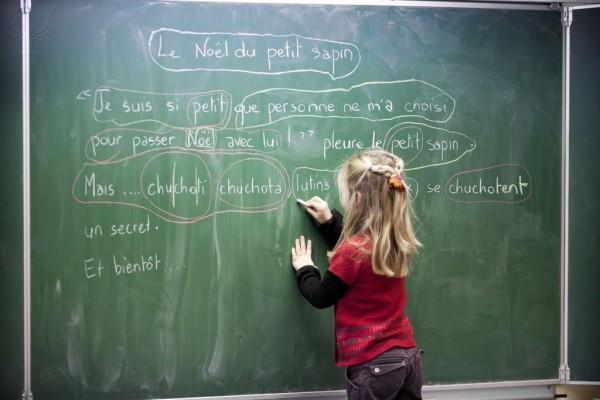 estudiante de primaria de Francés en classe