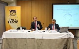 De izq. a dcha.: el decano de la Facultad de Ciencias Empresariales de la UPO, Jesús Cambra, y el director general de la Agencia IDEA, Antonio González.