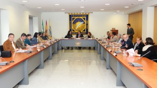 Rocío Sutil, Vicente Guzmán y Amparo Rubiales junto a los alcaldes y concejales de las localidades adscritas al  Aula Abierta de Mayores