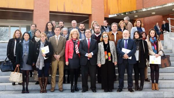 Los alcaldes y concejales con el rector Vicente Guzmán y Amparo Rubiales, presidenta del Consejo Social de la Universidad