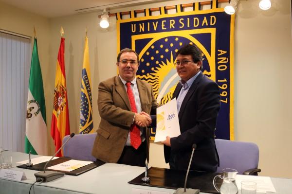 El rector de la UPO junto con el rector de la UNTRM.