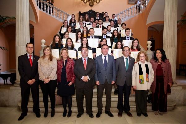 El alcalde, acompañado por el rector de la Universidad Pablo de Olavide y por el rector de la Universidad de Sevilla, ha hecho entrega hoy martes de los diplomas e insignias.