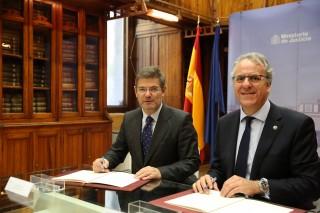 Rafael Catalá y Segundo Píriz durante la firma del convenio
