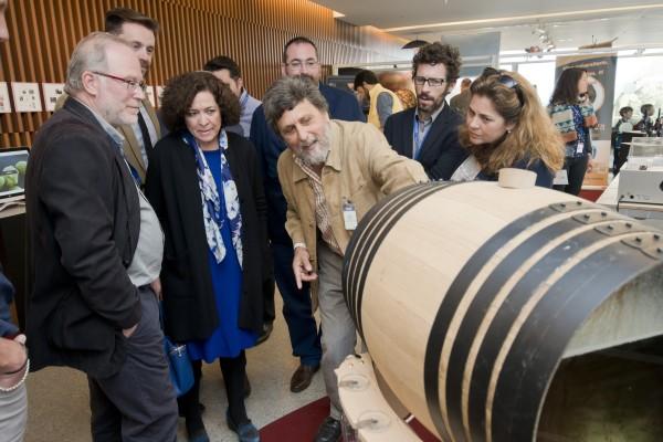 Juan Jiménez, en el centro, es el director científico de la Ventana 'La vida dentro del Vino'