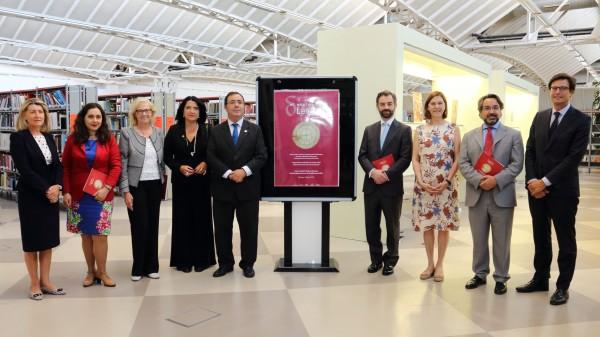 En el centro de la imagen, Pilar Rodríguez, Vicente Guzmán (i), Luis Rey y Carmen Baena (d) a ambos lados del cartel de la exposición.