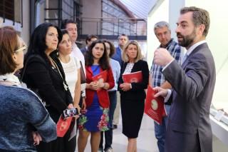 Luis Rey comenta los ejemplares expuestos en la Biblioteca a los primeros visitantes tras la inauguración