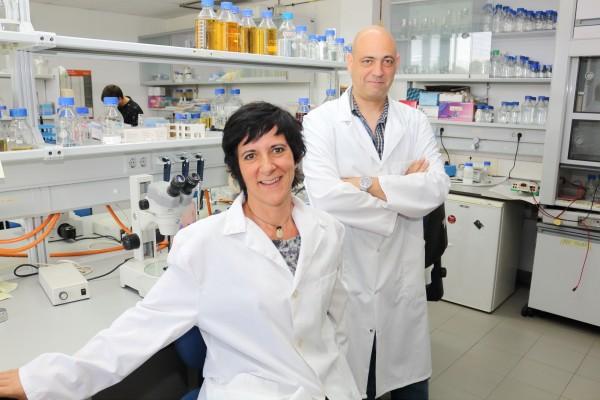 Los investigadores Marta Artal y Manuel Muñoz.