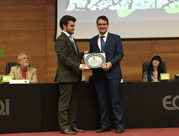 Tadeo Sáez recibe el premio de manos del presidente de COAMBA Manuel Barrera. Foto: COAMBA.