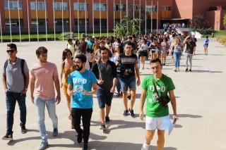 studiantes lazarillo guían a los nuevos universitarios por el campus de la UPO