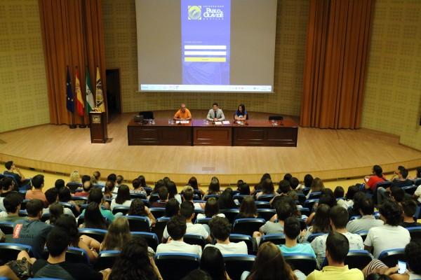 El vicerrector de Estudiantes recibe en el Paraninfo a los nuevos alumnos y alumnas de la UPO