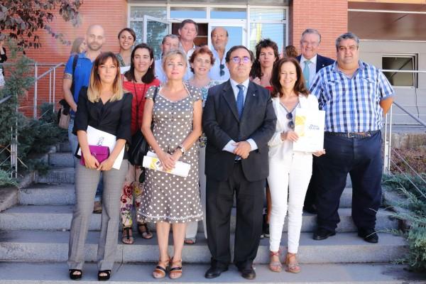 Vicente Guzmán y Elodia Hernández  junto a la vicerrectora de Cultura y Compromiso Social y los representantes de las asociaciones