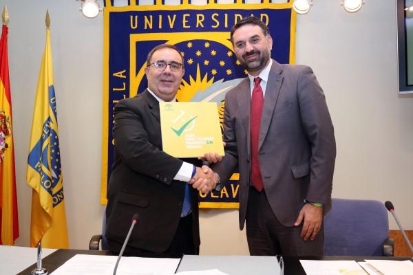 Francisco Javier Fernández ha entregado a Vicente Guzmán el distintivo que acredita a la UPO como entidad donde se practica deporte sin riesg