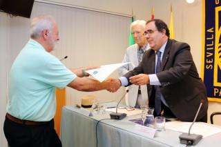 José María Martín Valverde recoge el premio, entregado por el rector Vicente Guzmán