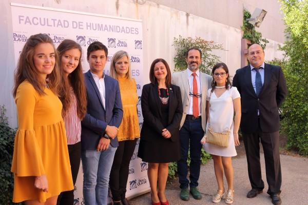 En la imagen, los ganadores del Premio Humanitas 2017, estudiantes y profesora del IES La Palma, junto a Rosario Moreno Soldevila, Francisco Molina Díaz y Francisco Ollero Lobato.