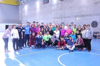 Alumnos del Aula de Mayores de Santiponce y Almensilla junto con los estudiantes del 1º de grado de Ciencias de la Actividad Física y del Deporte, dentro de la asignatura de Juegos