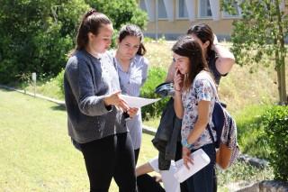 Estudiantes repasan antes de uno de los exámenes de la PEvAU