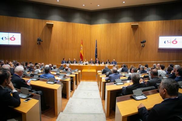 Roberto Fernández lee el comunicado de Crue en la Sala Ernest Lluch del Congreso